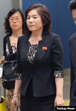 최선희 북한 외무성 미국국 부국장이 6자회담 수석 또는 차석대표와 민간 전문가들이 참석하는 제26차 동북아시아협력대화에 참석하기 위해 20일 중국 베이징 서우두 공항에 도착했다.