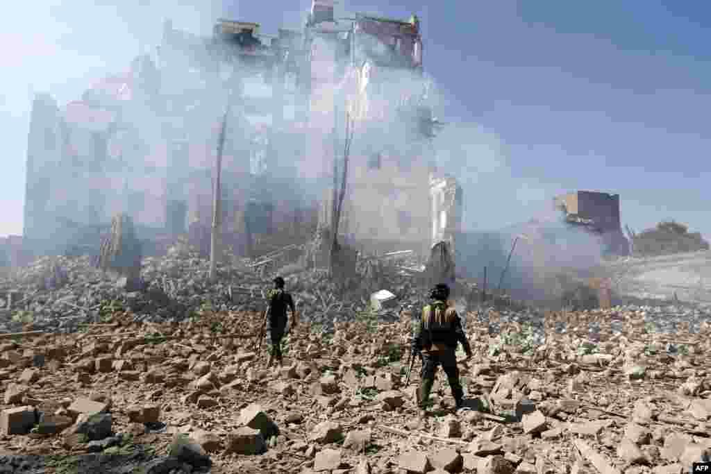 ក្រុមសកម្មប្រយុទ្ធ Houthi កំពុងត្រួតពិនិត្យការបំផ្លិចបំផ្លាញបន្ទាប់ពីការវាយប្រហារតាមអាកាសដឹកនាំដោយក្រុម Saudi សំដៅរកវិមានប្រធានាធិបតីក្នុងរដ្ឋធានី Sana'a ប្រទេសយេម៉ែន។