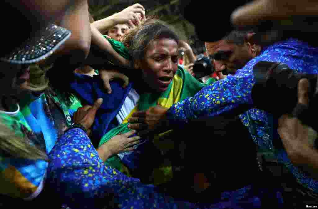 La brésilienne Rafaela Silva fête sa médaille d'or dans la catégorie des moins de 57 kg en judo, Rio de Janeiro, Brésil, le 8 août 2016.