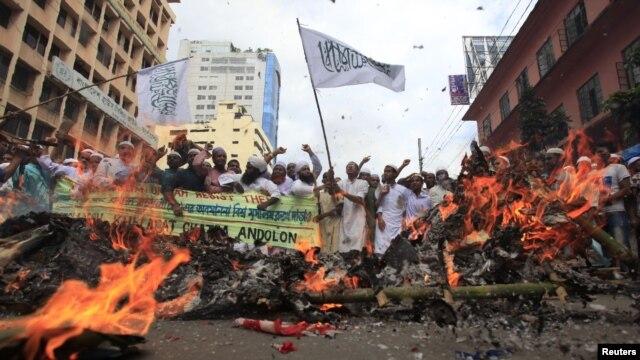 Musulmanes de Bangladesh gritan consignas durante una protesta frente a la Mezquita Nacional en Dhaka 21 de septiembre 2012, contra una película anti-islam hecha en EE.UU. y también contra las caricaturas burlándose del profeta Mahoma publicadas en YouTube
