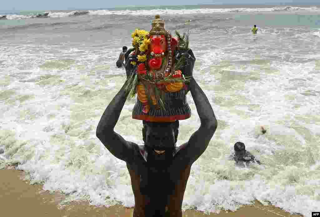 Hinduizm diniga e'tiqod etuvchilarning diniy bayrami boshlandi. Hindiston.