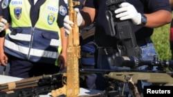 Fusil AK-47 bañado en oro, decomisado en Honduras a presuntos narcotraficantes de la banda de Los Zetas.