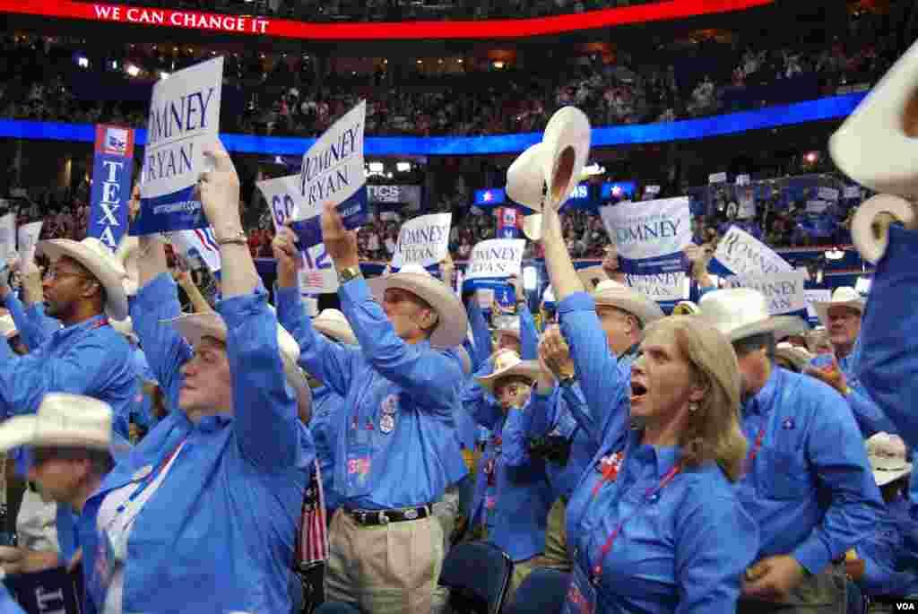 Des délégués texans réagissant aux discours (J. Featherly/VOA)