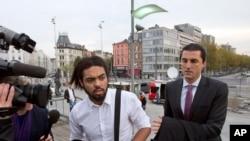 Jejoen Bontinck bersama pengacaranya di Antwerp, Belgia.