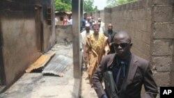 Gubernur negara bagian Borno Kashim Shettima mengunjungi lokasi masjid yang diserang di Konduga (13/8) oleh kelompok Boko Haram. (AP/Abdulkareem Haruna)