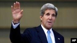 12일 콜롬비아에서 기자회견을 마치고 기자들에게 손을 흔들고 있는 존 케리 미 국무장관.