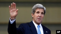 Ngoại trưởng Hoa Kỳ John Kerry chào các ký giả sau cuộc họp báo ở Bogota, Colombia, 12/8/13