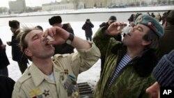 지난 2008년 12월 벨라루스 민스크에서 열린 아프간 참전 기념 행사에서, 참전용사들이 보드카를 마시고 있다. (자료사진)