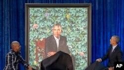 Rais mstaafu Barack Obama na mchoraji Kehinde Wiley, kushoto, wakizindua picha rasmi ya Obama.