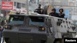 """Namoyishlarga chiqqan """"Musulmon birodarlar"""" tarafdorlarini politsiya tarqatdi. Qohira. 3-yanvar 2014-yil."""