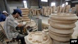 Công nhân tại một nhà máy sản xuất đồ nội thất ở TPHCM, trong bức ảnh chụp 1/2006. Việt Nam năm ngoái vượt Trung Quốc trở thành nhà xuất khẩu đồ gỗ nội thất lớn nhất vào thị trường Mỹ.