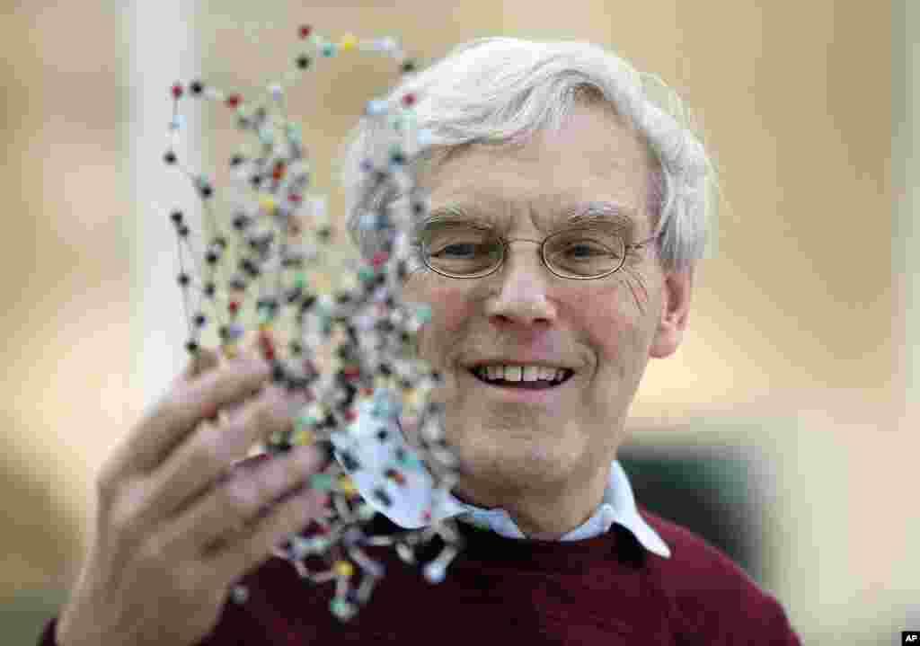 올해 노벨 화학상 공동수상자로 결정된 리처드 헨더슨 교수가 영국 MRC 분자생물학 연구소에서 박테리오로돕신 구조 모형을 들어보이고 있다. 헨더슨 교수와 미국 콜롬비아대학교의 요아힘 프랑크 교수, 스위스 로잔대학교의 자크 뒤보셰 교수가 '저온전자현미경'을 개발한 공로로 노벨 화학상 주인공이 됐다.