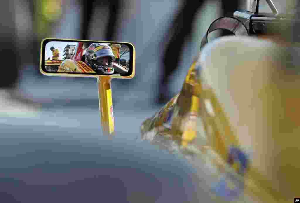 អ្នកបើកបរRyan Hunter-Reay កំពុងរង់ចាំឡានរបស់លោក មុនពេលចាប់ផ្តើមបើកហាត់សម នៅទីលានប្រណាំងរថយន្ត IndyCar Grand Prix ក្នុងក្រុងIndianapolis រដ្ឋIndiana សហរដ្ឋអាមេរិក។