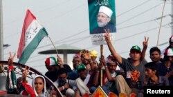 Para pendukung Muhammad Tahirul Qadri, ulama Sufi Pakistan dan pemimpin partai Awami Tehreek melakukan unjuk rasa di Lahore (14/8).