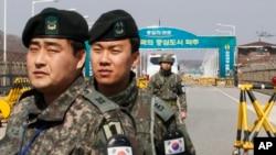 Soldados surcoreanos montan guardia en el puente de la Unificación, en Paju, cerca de la frontera con Corea del Norte.
