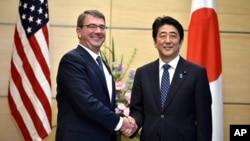 日本首相安倍晉三4月8日在東京與到訪的美國國防部長卡特會面。