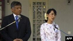 Nhà lãnh đạo đấu tranh cho dân chủ Miến Điện Aung San Suu Kyi (phải) và Tổng thư ký ASEAN Surin Pitsuwan mở cuộc họp báo chung sau cuộc họp tại tư gia của bà ở Rangoon
