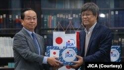 Ông Konaka Tetsuo (trái), Trưởng văn phòng đại diện JICA ở Việt Nam, trao tặng vật phẩm hỗ trợ chống COVID-19 cho ông Đặng Đức Anh, Viện trưởng Viện Vệ sinh Dịch tễ Trung ương.