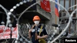 Người biểu tình thân Nga đứng cạnh\n các chướng ngại vật bên ngoài một tòa nhà chính phủ trong khu vực Donetsk, Ukraine, ngày 9/4/2014.