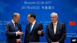 Le président chinois Li Keqiang, au centre, discute avec le président du Conseil européen Donald Tusk, à gauche, et le président de la Commission européenne Jean-Claude Juncker lors du sommet Chine-UE à Bruxelles, 2 juin 2017.