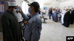 پولنگ اسٹیشن میں داخل سے قبل ووٹروں کا ٹمپریچر چیک کیا گیا