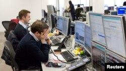 Трейдеры IG Group trading следят за ситуацией на европейском финансовом рынке. 18 марта 2013 года