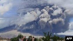 Foto dari Balai Penyelidikan dan Pengembangan Teknologi Kebencanaan Geologi (BPPTKG) tampak Gunung Sinabung erupsi, di Kabupaten Karo, 10 Agustus 2020. (Foto: Muhammad Nurul Asrori/BPPTKG via AFP)
