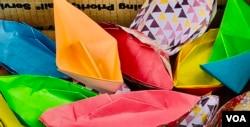 集会者用彩纸折叠的纸船。(洛杉矶巴恩斯公园,美国之音2020年10月24日)
