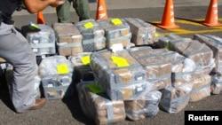 Cảnh sát Costa Rica tịch thu khoảng hai tấn cocaine tại sân bay quốc tế Juan Santa Maria ở Alajuela, 1/2/2012.