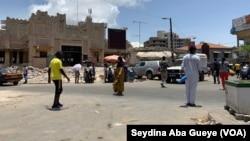 D'habitude bourrés de monde et de voiture, le rond-point Sandaga respire, à Dakar, le 5 août 2020. (VOA/Seydina Aba Gueye)