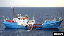 """Des migrants dans le bateau allemand """"Juventa"""", saisi par les autorités, le long des côtes lybiennes le 18 juin 2017."""