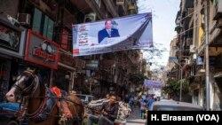 Une banderole de campagne du président Abdel Fattah el-Sissi à la présidentielle, dans le centre-ville du Caire, le 8 mars 2018.
