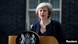 지난 10일 런던 다우닝가 10번지 집무실 앞에서 기자들의 질문에 답하고 있는 테레사 메이 영국 총리.