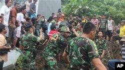Petugas penyelamat mencari korban tanah longsor di Manado, Sulawesi Utara, Minggu (17/2). (Foto: AP)