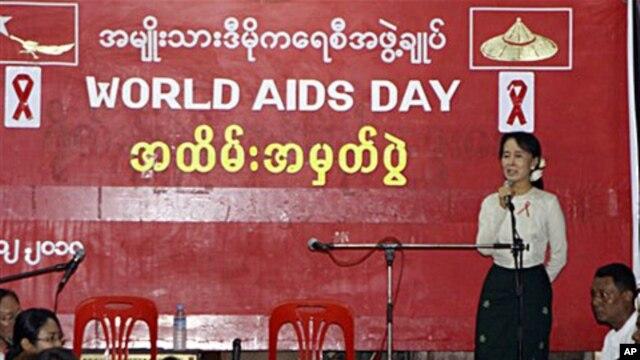 NLD ႐ုံးခ်ဳပ္တြင္ က်င္းပသည့္ ကမၻာ့ HIV/AIDS အထိမ္းအမွတ္ေန႔ အခမ္းအနားတြင္ ျမန္မာ့ဒီမိုကေရစီေခါင္းေဆာင္ ေဒၚေအာင္ဆန္းစုၾကည္ အမွာစကား ေျပာၾကားေနစဥ္။ ဒီဇင္ဘာ ၂၊ ၂၀၁၀။
