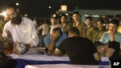 Thân nhân than khóc trước quan tài của các nạn nhân bị thiệt mạng trong vụ đánh bom ở Bulgaria, tại sân bay Tel Aviv, Israel, Thứ sáu, 20/7/2012