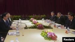 中国国家主席习近平(右)与台湾总统马英九在新加坡会晤