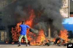 Les partisans de Ouattara dans la rue après la déclaration du Conseil constitutionnel proclamant la victoire du président Gbagbo