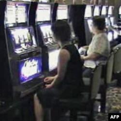赌场里玩老虎机的顾客