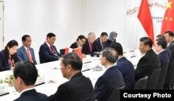 Presiden Jokowi dan delegasi Indonesia dalam pertemuan bilateral dengan delegasi China di Osaka, Jepang hari Jumat (28/6). (Foto: Biro Setpres RI)