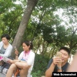709案庭审期间,有声援者发现天津二中院周围出现一些疑似便衣人员。(网友提供)