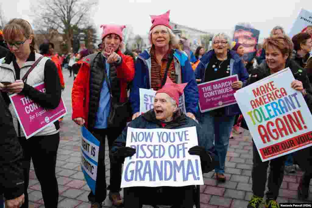 Une femme de 87 ans et sa famille marchent pour aller au Mall, à Capitoll Hill, Washington DC, le 21 janvier 2017. (VOA/Nastasia Peteuil)