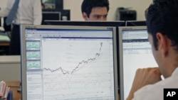 一名证券交易员8月10日在巴黎的办公室研究市场走向