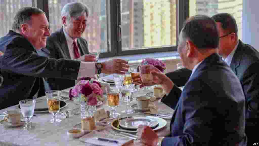 مایک پمپئو وزیر خارجه آمریکا چهارشنبه شب میزبان کیم یونگ چول مقام ارشد کره شمالی بود. وقتی از او درباره جلسه پرسیدند، به شوخی گفت، شام خوبی بود: استیک، ذرت و پنیر
