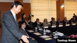 윤병세 한국 외교부 장관이 30일 서울 외교장관 공관에서 열린 '평화클럽' 출범식에 참석해 자리에 앉고 있다.
