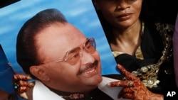 지난달 20일 파키스탄 카라치에서 정치 유세에서 알타프 후세인 총재의 지지자가 그의 사진을 들고 있다. (자료사진)