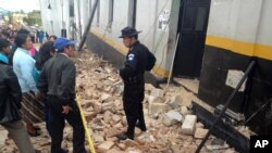 Warga setempat mendengarkan keterangan dari petugas pasca gempa bumi di San Marcos, Guatemala (7/11). Sebanyak 48 orang dilaporkan tewas dalam musibah gempa bumi yang melanda wilayah ini.