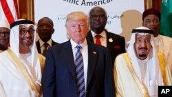 سعودي عرب د سفر په مهال د امریکې صدر ډانلډ ټرمپ شاه سلمان سره کاته وکړل