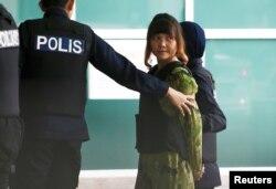 김정은 북한 국무위원장의 이복형인 김정남을 살해한 혐의로 말레이시아에서 기소된 베트남 국적자 도안 티 흐엉이 법원에 출두하고 있다.