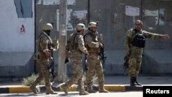 Pasukan keamanan Afganistan di lokasi ledakan bom di Kabul, Afghanistan, 17 September 2019. (Foto: Reuters)